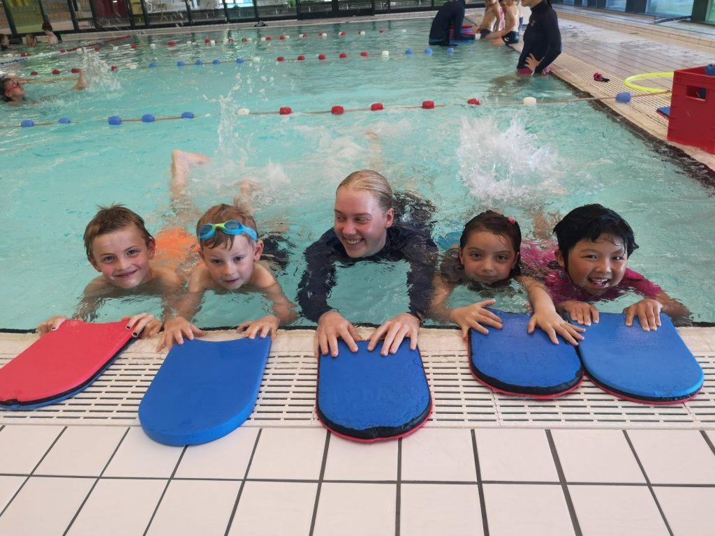 Skolesvømming, barn som øver på crawl benspark.